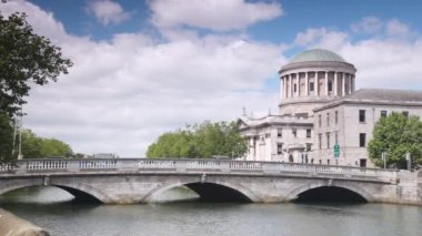 Four Courts and bridge across River Liffey in Dublin — Stock Video