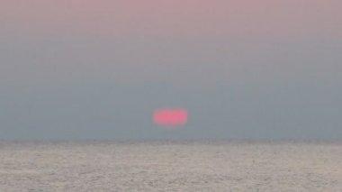 Sunrise deniz gemi denizde yüzer. mandatoriccio, calabria, i̇talya. — Stok video