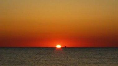 Amanecer en el mar, en barco en el mar flota. — Vídeo de Stock