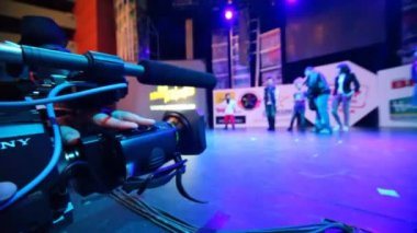 Focus on camera of video operator working at dance contest Hip Hop International - Cup of Russia — Stock Video