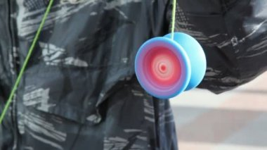 Young man keeps yoyo on string, and it is rapidly spinning — Stock Video