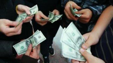 Hands of five young men recount hundred dollar bills — Stock Video