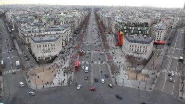 Lote de autos y pedestrains en la calle de parís, vista desde el arco del triunfo — Vídeo de stock
