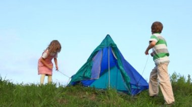 Boy and his kid sister tenting outdoors — Stock Video