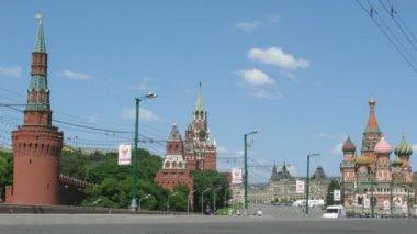 Vista desde el puente moskvoretsky bolshoy en kremlin y la plaza roja en moscú, rusia. — Vídeo de Stock