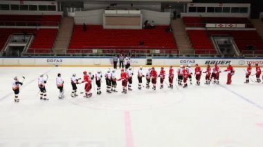 "Farewell friendly handshake between two teams on junior hockey match ""Spartak""-""Almaz"" of MHL — 图库视频影像"