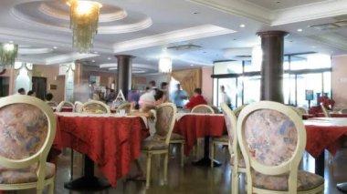 Have dinner at the Italian restaurant. — Stock Video