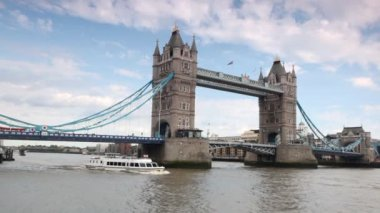 Excursion boat slowly going under magnificent Tower Bridge in London — Stock Video
