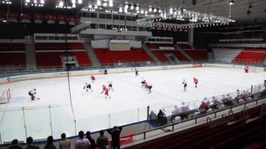 "Dangerous moment at ""Almaz"" net on junior hockey match ""Spartak""-""Almaz"" — Stock Video"