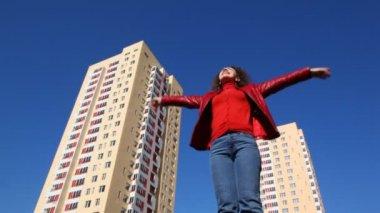 Mulher vira levantando as mãos para cima e para fora palmas para cima — Vídeo stock