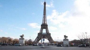 эйфелева башня и конные статуи в париже — Стоковое видео