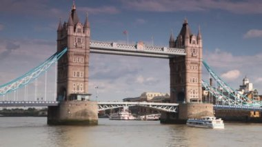 Excursion boat slowly going under great Tower Bridge — Stock Video