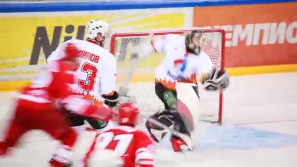 Combats à « almaz » net sur le match de hockey junior « spartak »-« almaz » de la mhl — Vidéo