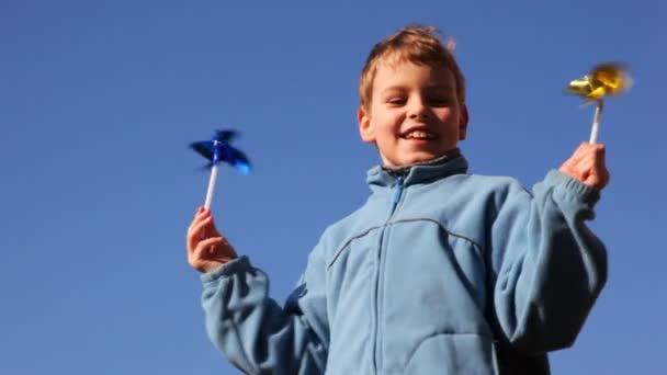 Niño con molino de viento de juguete — Vídeo de stock