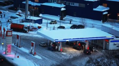 Cars refuel at petrol station in winter — Stock Video