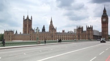 And cars moving on Westminster Bridge, Big Ben in background in London, UK — Stock Video