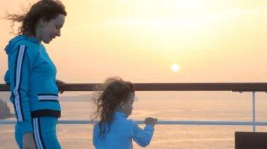 Mujer y niña se encuentra en la cubierta — Vídeo de stock