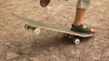 Boy studies to go for a drive on a skateboard — Stock Video