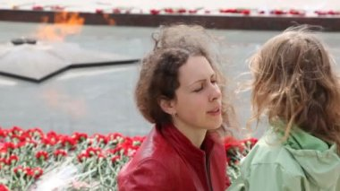 Woman and little daughter against eternal fire in Moscow — Stock Video
