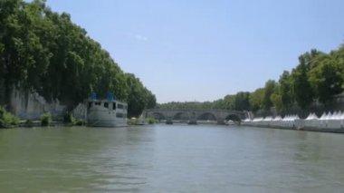 ездить на реке тибр под многих арками в риме — Стоковое видео