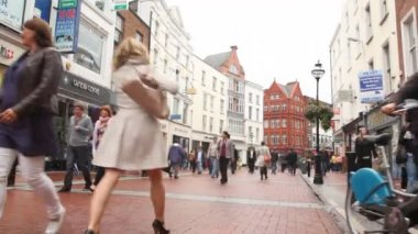 Busy are hurrying on business in Dublin, Ireland. — Stock Video