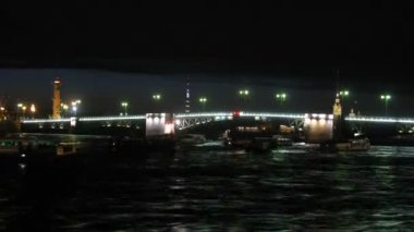 Drawbridge in St-Petersburg at night, on river ships float. — Stock Video