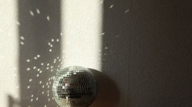 Light strips moves by a mirror ball, patches of light on a wall. — Stock Video