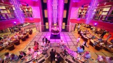 """De majestueuze """"sphere"""" door arnaldo pomodoro in de grote zaal op costa deliziosa - costa cruiseschip. — Stockvideo"""