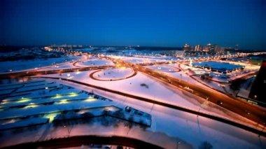 Movimiento alrededor de un cruce en la carretera de invierno — Vídeo de stock