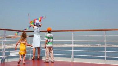 Vista en familia volar una cometa en la cubierta de la nave posterior — Vídeo de Stock