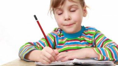 Dziewczyna myśli, że ona napisać w notatniku — Wideo stockowe