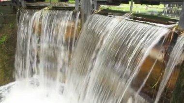 El agua que fluye a través de la válvula de compuerta y cae, bloqueo 4, círculo calle baggott línea, gran canal, en dublin, irlanda — Vídeo de Stock