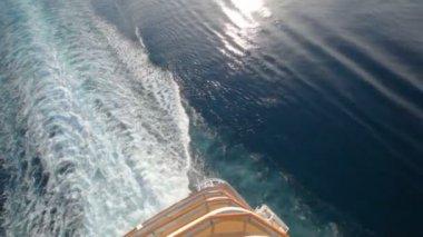 корабль след на поверхности воды — Стоковое видео