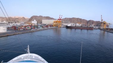 Cruise liner sailing to seaport of Muscat, Oman — Stock Video