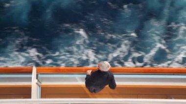 Homem fica no convés do navio de cruzeiro — Vídeo Stock