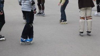 Legs of unidentified kids in roller skates on asphalt — Stock Video