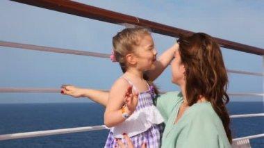 Güvertede kucaklayan anne kız — Stok video