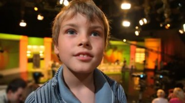 Boy standing in big TV studio with spectators — Stok video