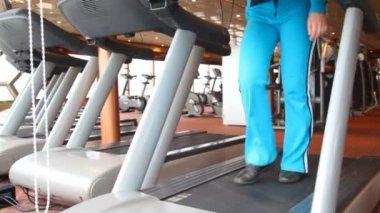 Nogi kobiety, ćwiczenia w siłowni — Wideo stockowe