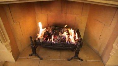 Close-up shot van vlam in open haard van bruin kamer — Stockvideo
