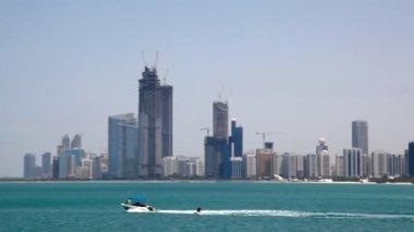 Wakeboarding on sea against skyscrapers on seashore in Abu Dhabi, UAE — Stock Video