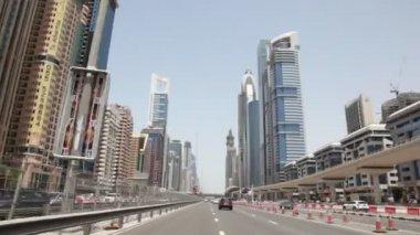 Vista general en sheikh zayed road y rascacielos en dubai, emiratos árabes unidos — Vídeo de stock