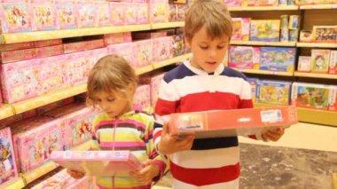 Niño y niña seleccionar puzzles — Vídeo de stock