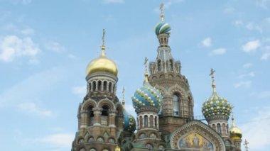 上空の背景で、血の大聖堂の救世主。サンクト ・ ペテルブルク, ロシア. — ストックビデオ