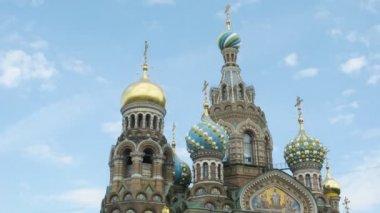 Le sauveur sur la cathédrale de sang déversé sur fond de ciel. sankt-petersburg, russie. — Vidéo