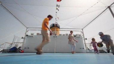 Aile basket oynarken üzerinde cruise gemisi — Stok video