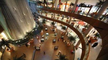 Ovanifrån på besökare inne i dubai mall i dubai, Förenade Arabemiraten. — Stockvideo