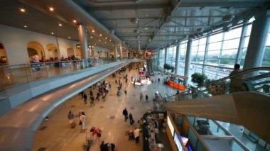 Interiören i hallen på flygplatsen domodedovo i moskva, ryssland. — Stockvideo