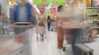 With carts in a supermarket Ashan in Moscow, Russia. — Stock Video
