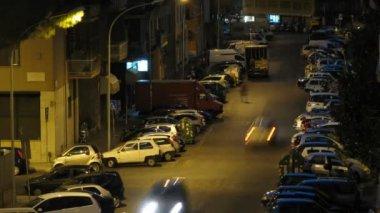 車両と夜のローマの通りに人間の交通にクローズ アップ ビュー — ストックビデオ
